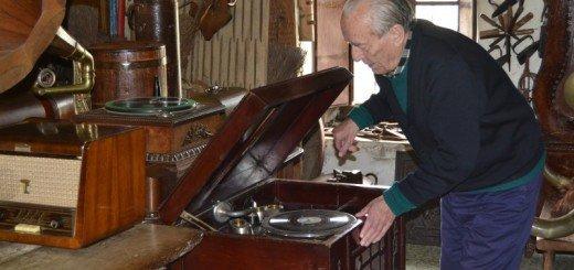 Joaquín poniendo música
